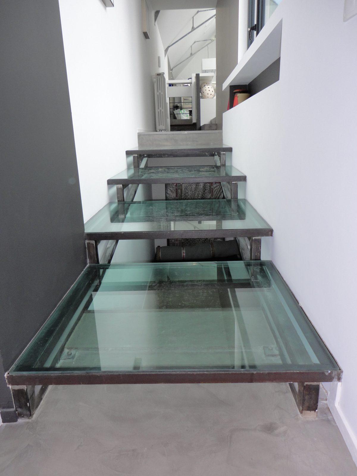 escalier tube carr marches en verre hagane. Black Bedroom Furniture Sets. Home Design Ideas